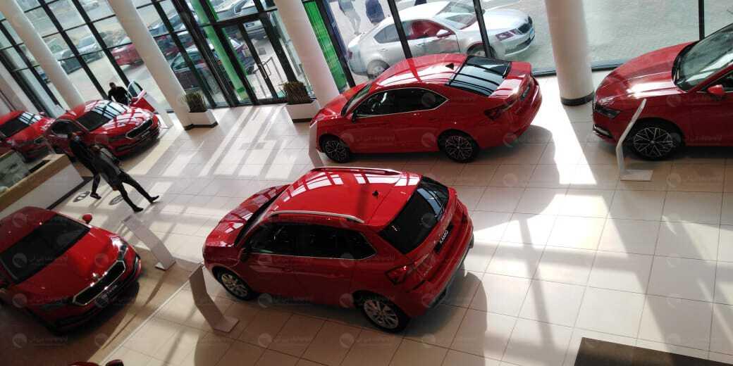 بصالة عرض مليئة بسيارات سكودا باللون الأحمر، كيان تحتفل بالعام الجديد بشكل مختلف